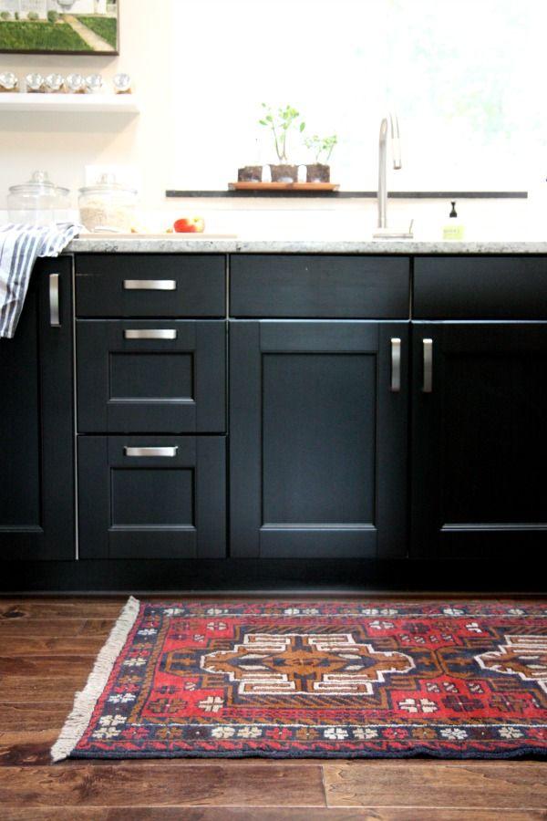 Черная кухонная мебель и яркий ковер