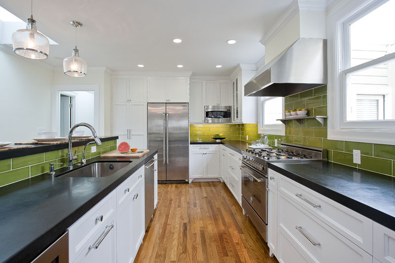 Стильный кухонный фартук, оформленный плиткой от Walker Zanger в зелёной гамме