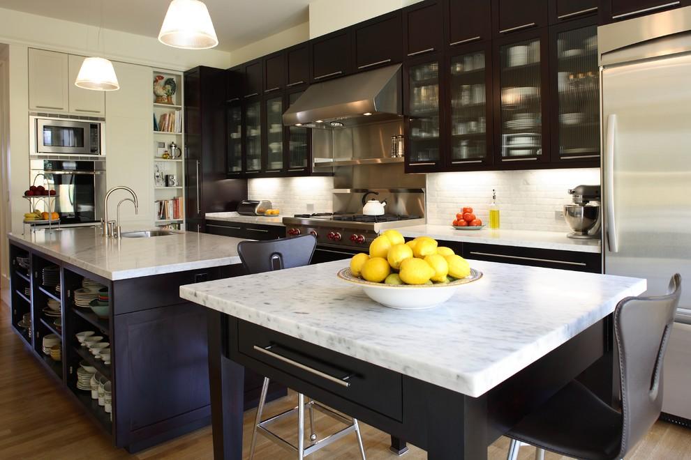 Стильный дизайн интерьера кухни в чёрно-белой гамме от Podesta Construction