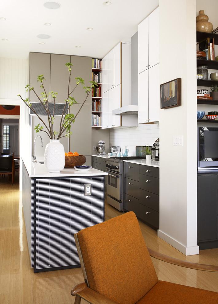 Стильный дизайн интерьера кухни в чёрно-белой гамме от John Lum Architecture, Inc. AIA
