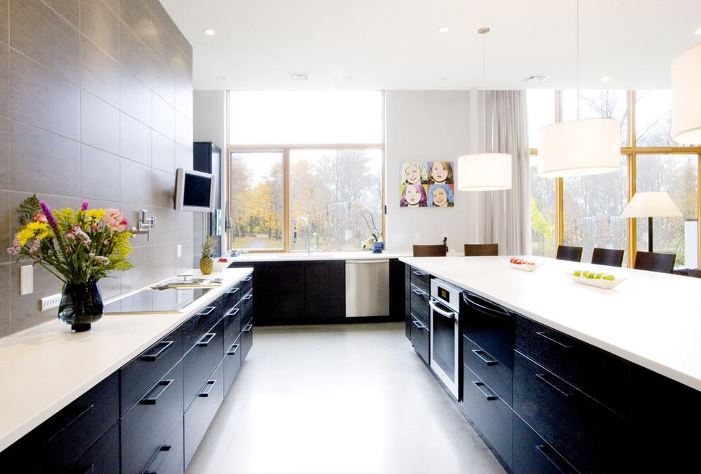Стильный дизайн интерьера кухни в чёрно-белой гамме от Chang + Sylligardos Architects