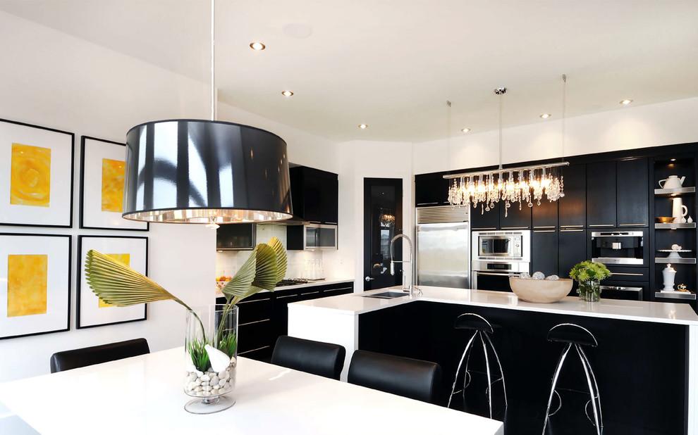 Стильный дизайн интерьера кухни в чёрно-белой гамме от Atmosphere Interior Design Inc.