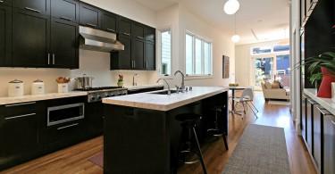 Стильный дизайн интерьера кухни в чёрно-белой гамме от Dijeau Poage Construction