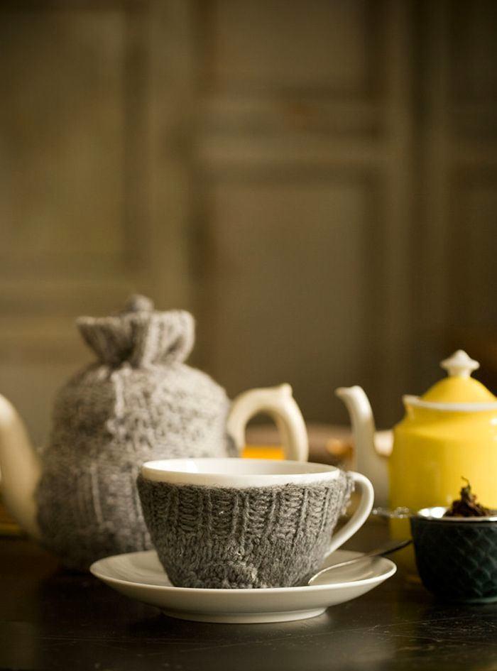 Уютная кухня своими руками: серый вязаный чехол для чашки