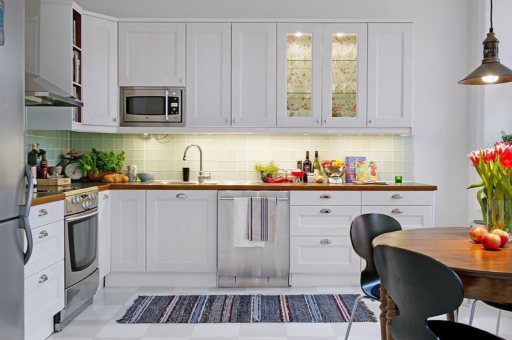 20 - Cocina blanca con encimera blanca ...