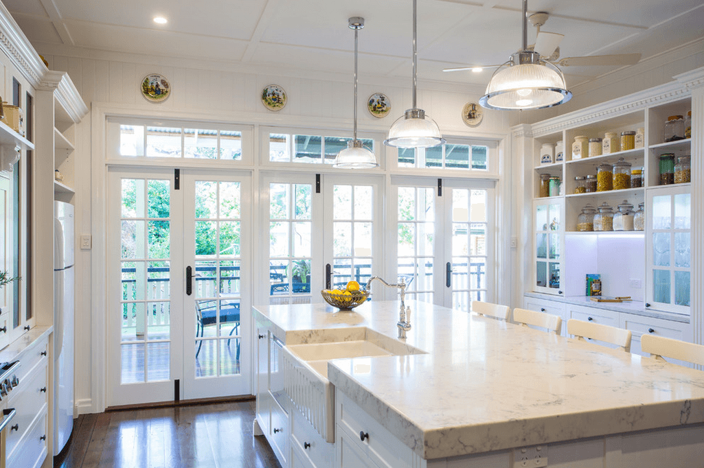 Белые кухни: интерьер с большими окнами