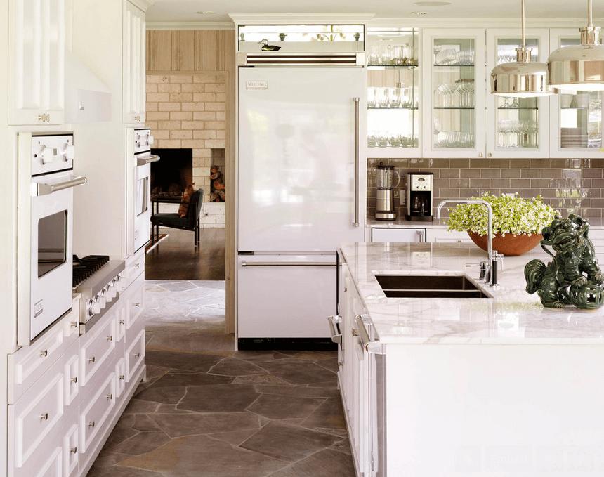Пол из декоративного камня в белой кухне