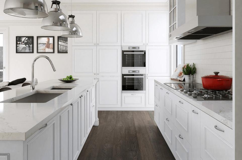 Паркет на полу в белой кухне