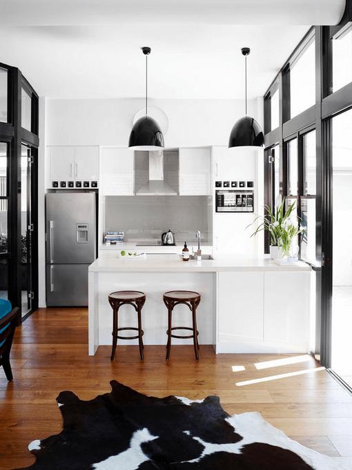 Черные светильники в белой кухне