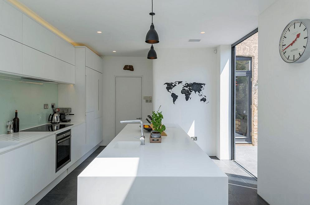 Светодиодная подсветка в белой кухне