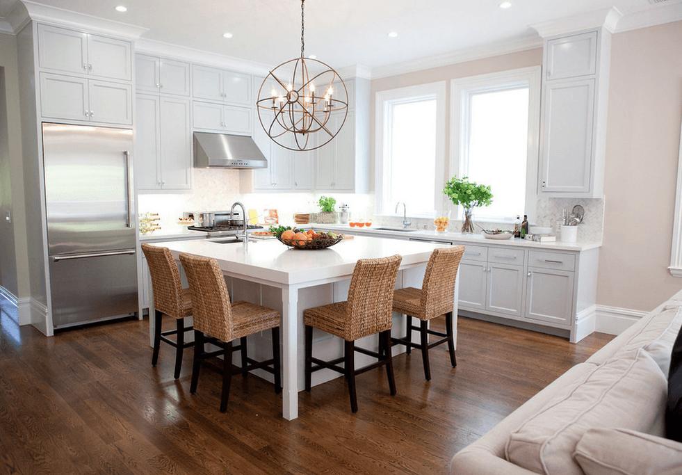 Круглая люстра в белой кухне