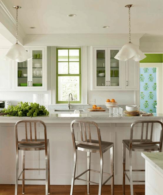 Металлические стулья в белой кухне