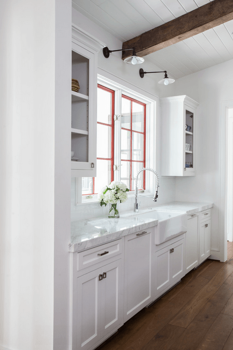 Деревянные балки в белой кухне