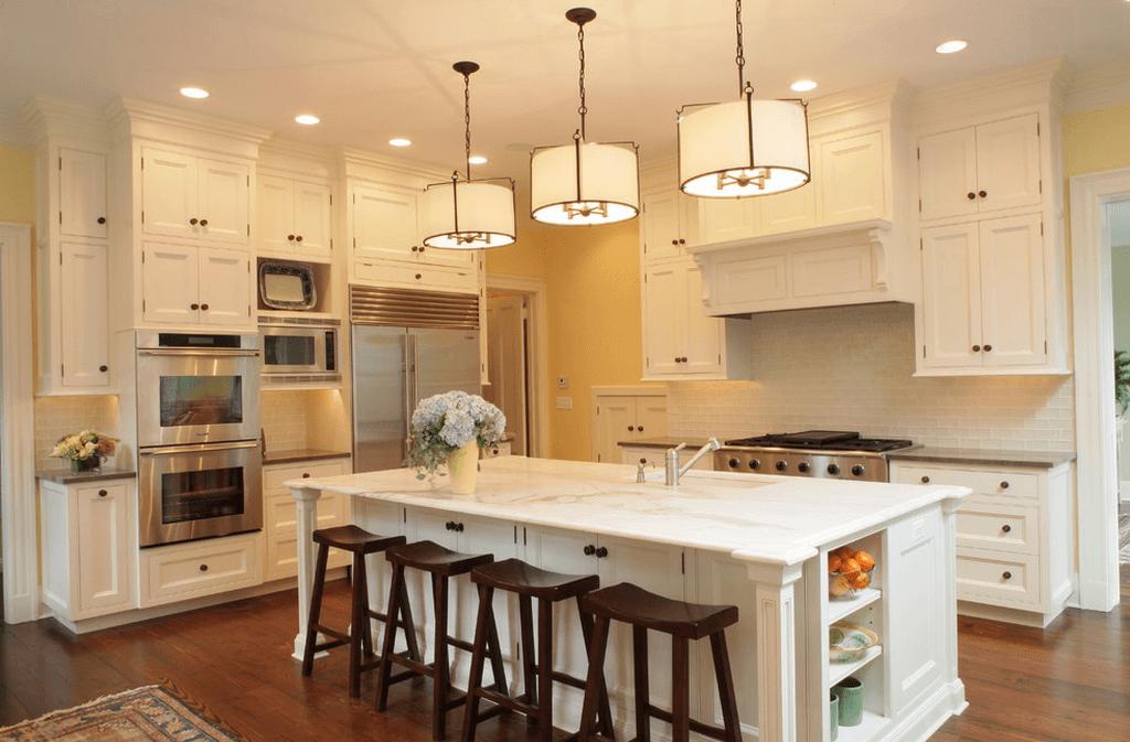 Круглые лампы в белой кухне