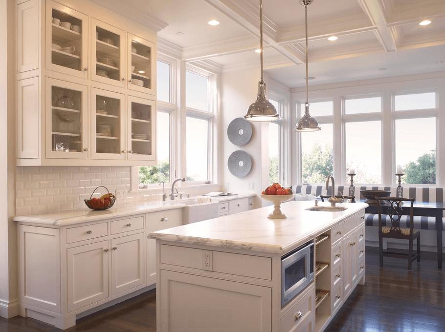 Окна в белой кухне