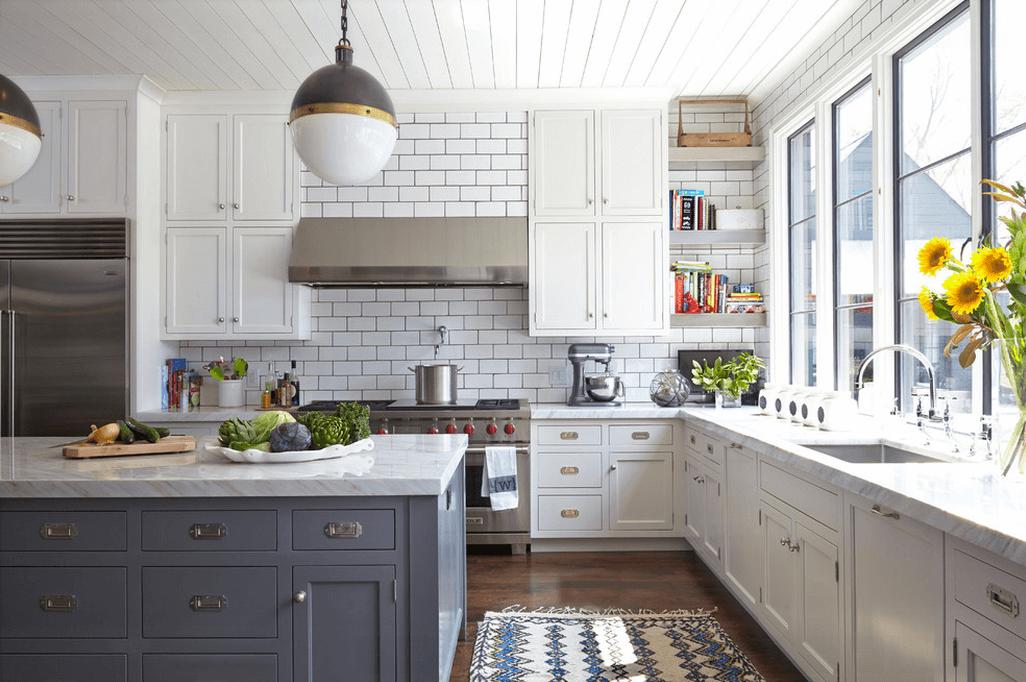 Светильники в виде желудей в белой кухне