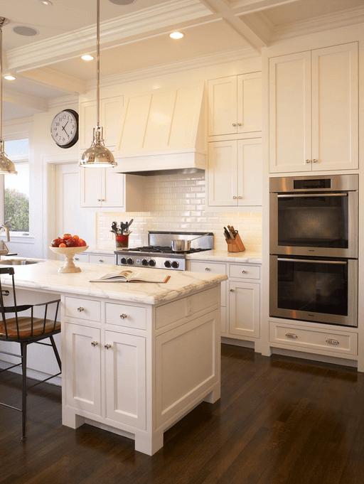 Индустриальные светильники в белой кухне
