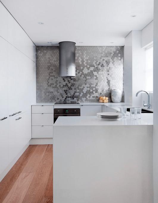 Мозаика на фартуке в белой кухне