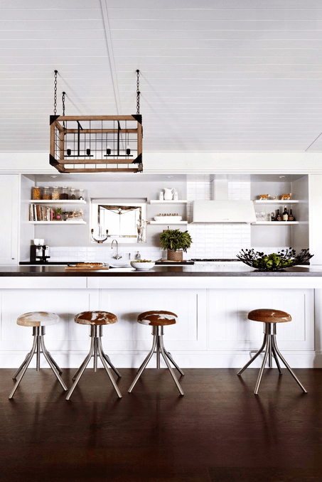 Деревянный потолок в белой кухне