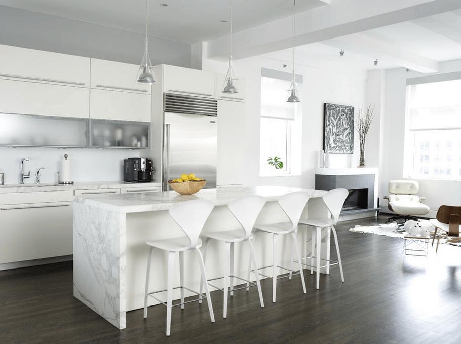 Мраморный остров в белой кухне