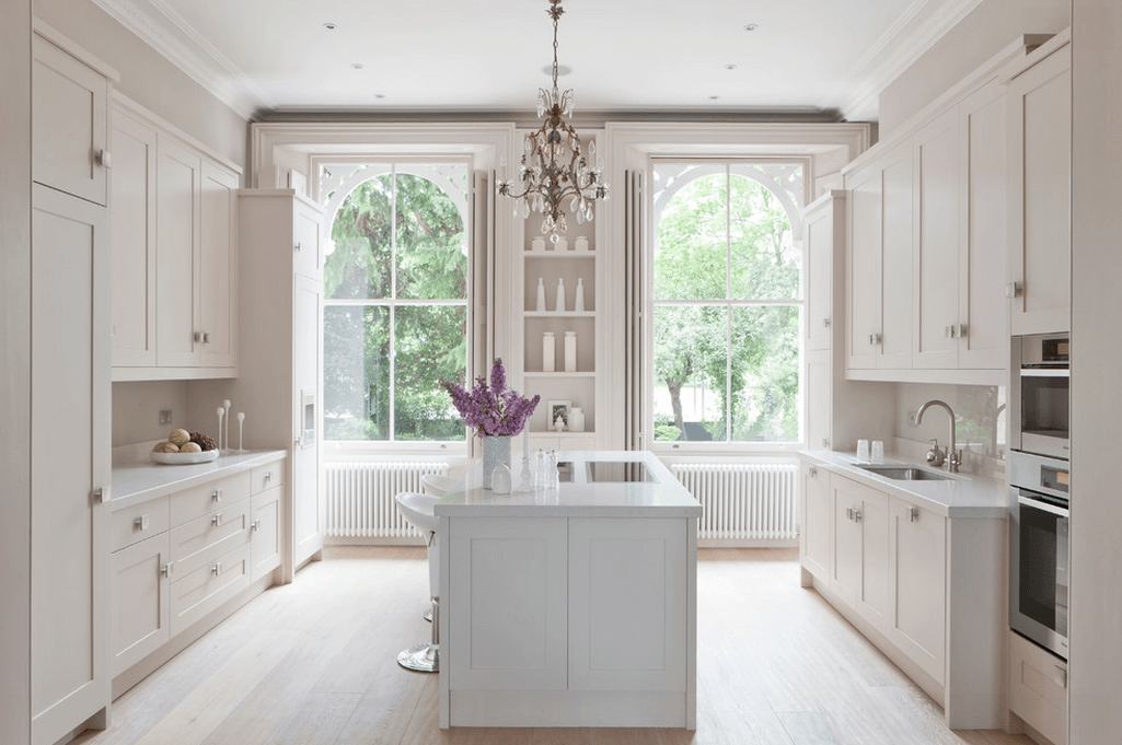 Высокие окна в белой кухне