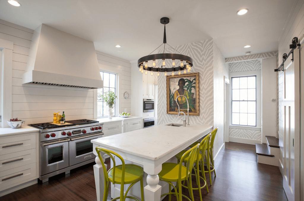 Салатовые стулья в белой кухне