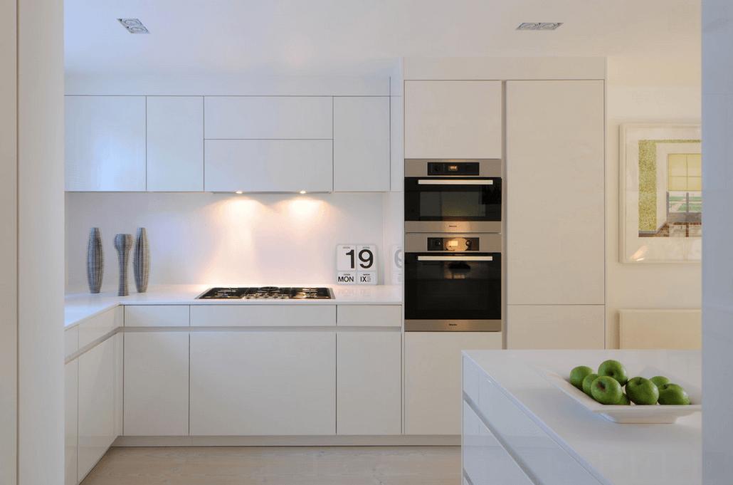 Подсветка на вытяжке в белой кухне