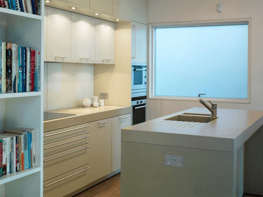 Матовое окно в белой кухне