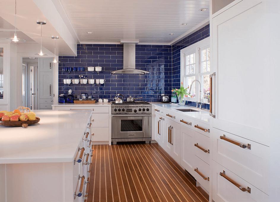 Синий фартук в белой кухне