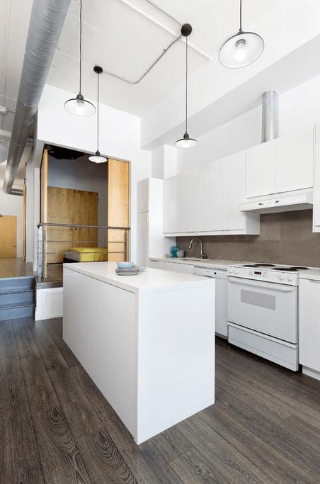 Современный паркет в белой кухне