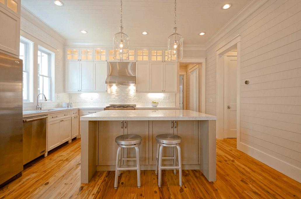 Пол из натурального дерева в белой кухне