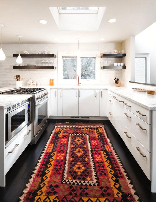 Ковер с узорами в белой кухне