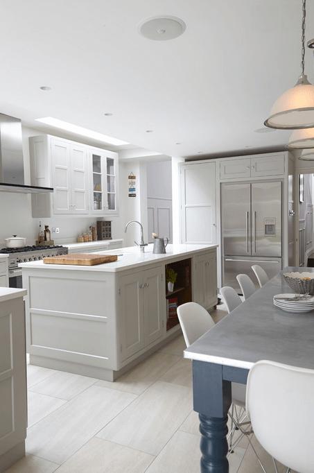 Металлический холодильник в белой кухне