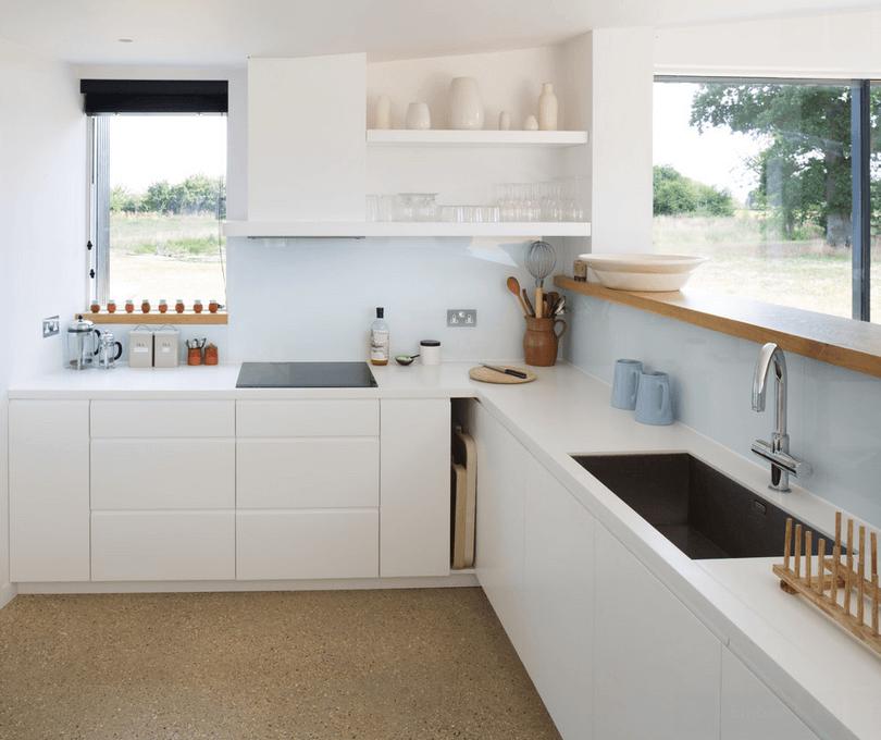Вытяжка в белой кухне