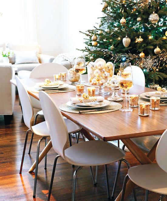 Сервировка стола в белых и золотых тонах