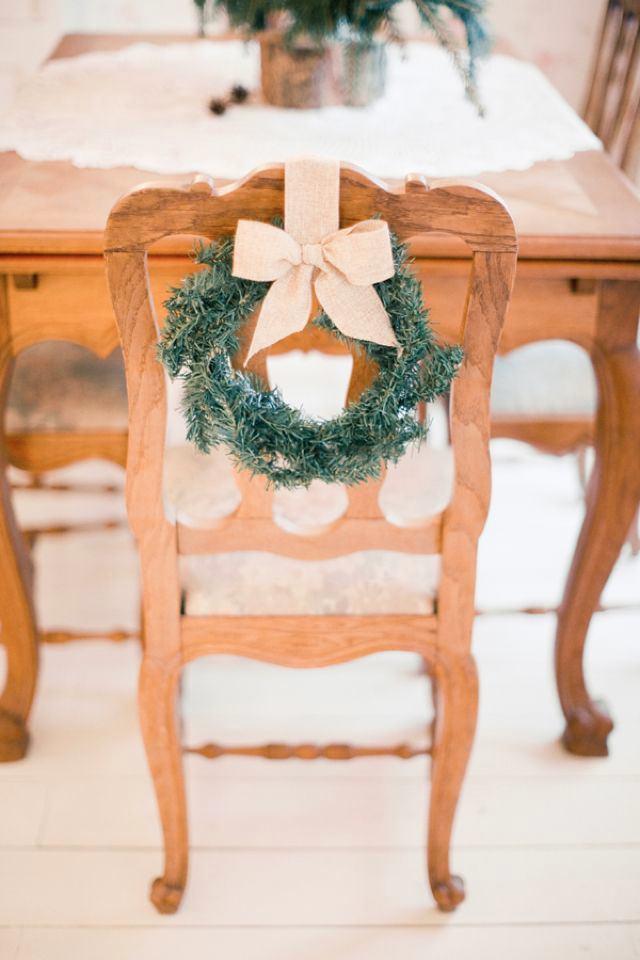 Венки на деревянных стульях