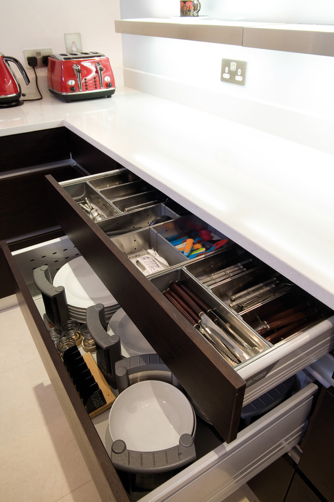Выдвижные двухуровневые ящиуи для хранения столовых приборов от Glenvale Kitchens