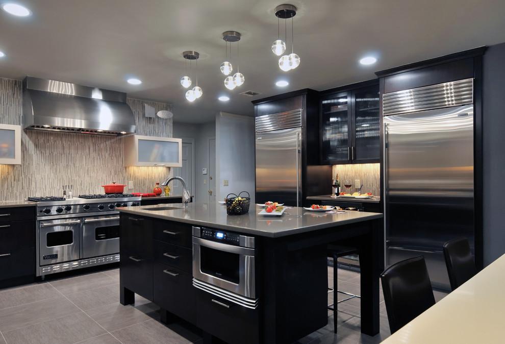 Стильный дизайн интерьера кухни в чёрном цвете от Kitchen Designs by Ken Kelly, Inc. (CKD, CBD, CR)