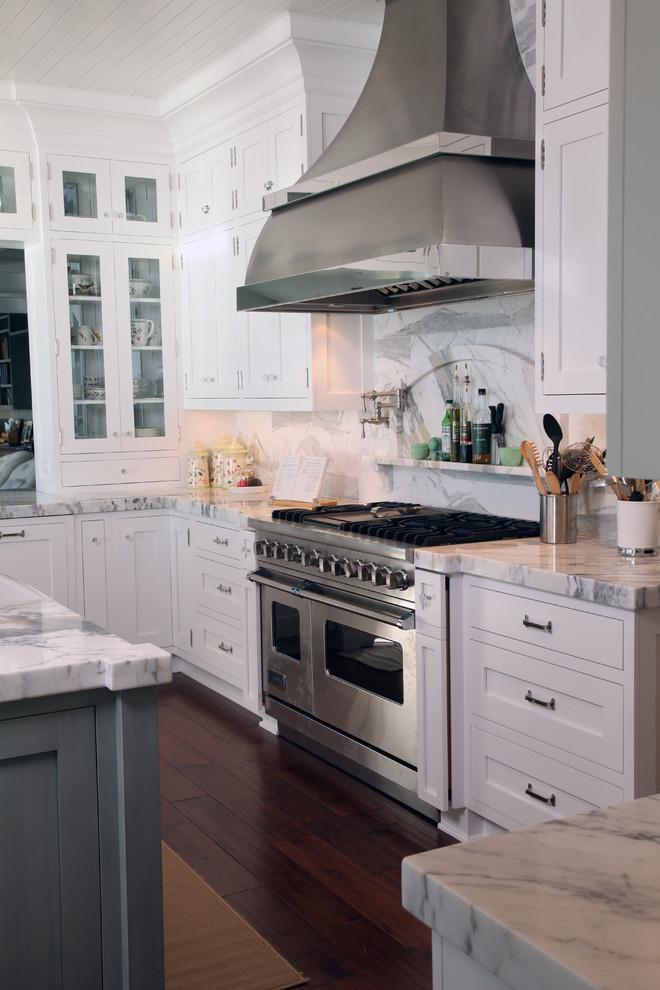 Стильный дизайн кухонной вытяжки в интерьере кухни от Signature Design & Cabinetry LLC