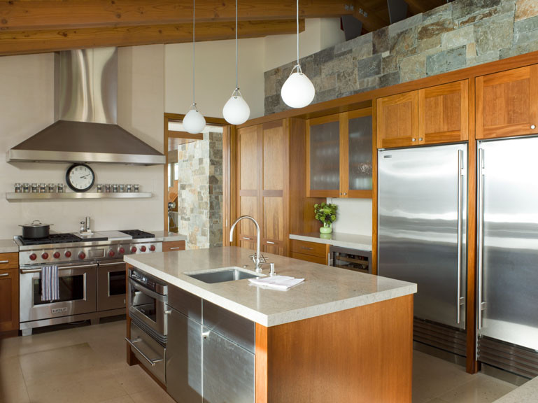 Газовая плита и духовка Wolf, встроенные в кухонный остров