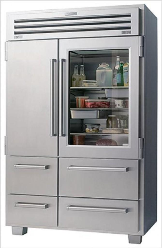 Двустворчатый холодильник Sub-Zero с одной прозрачной дверкой
