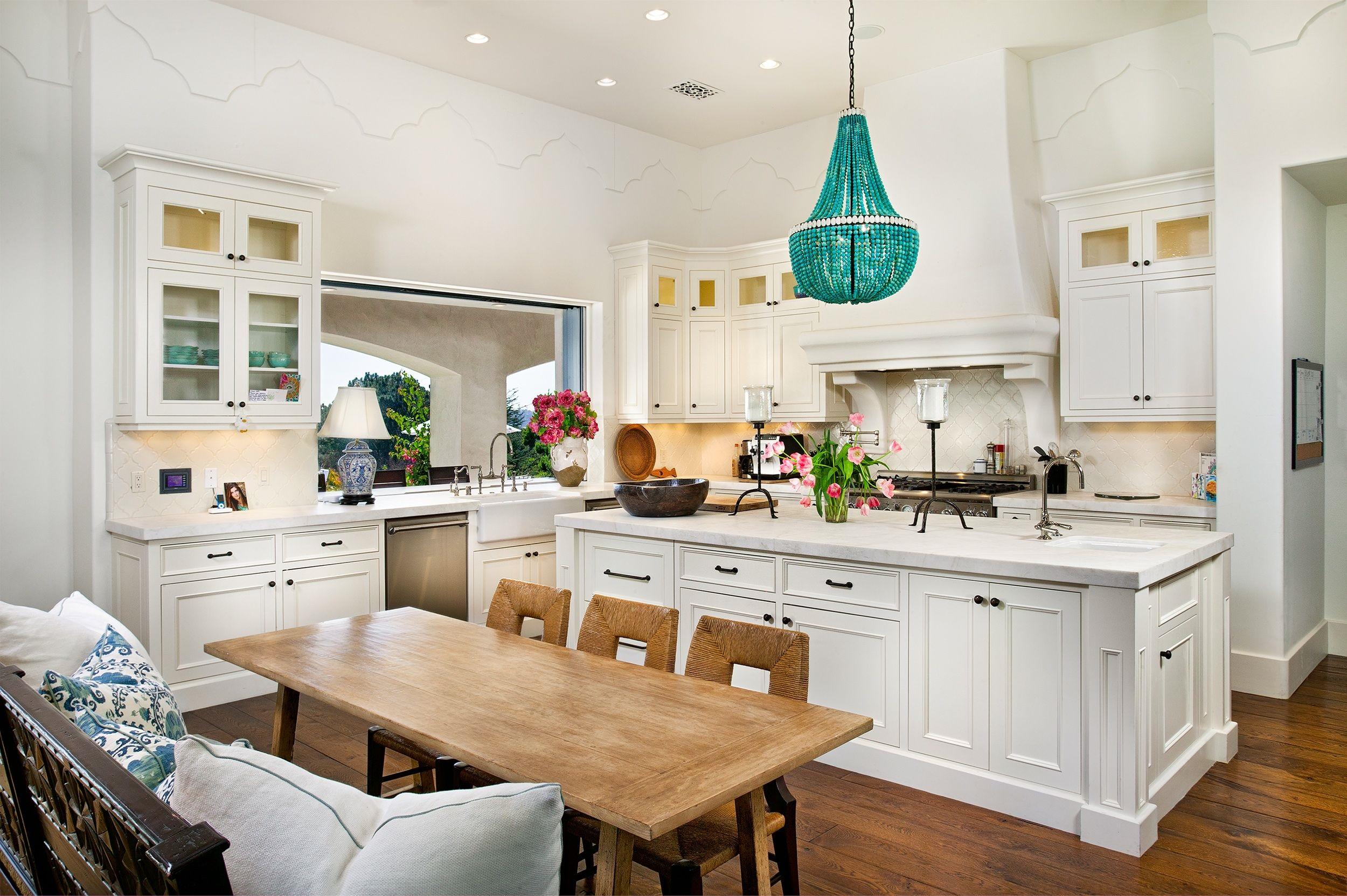 Красивая люстра на кухне