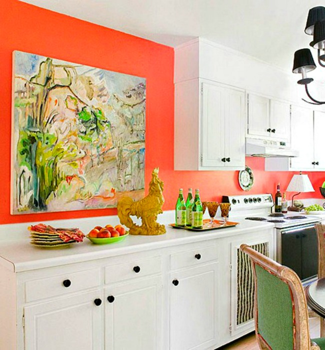 Яркая оранжевая стена на кухне