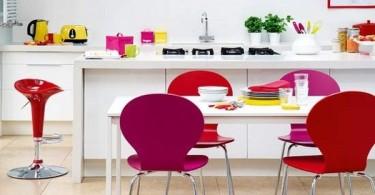 Яркие розовые стулья в интерьере белой кухни