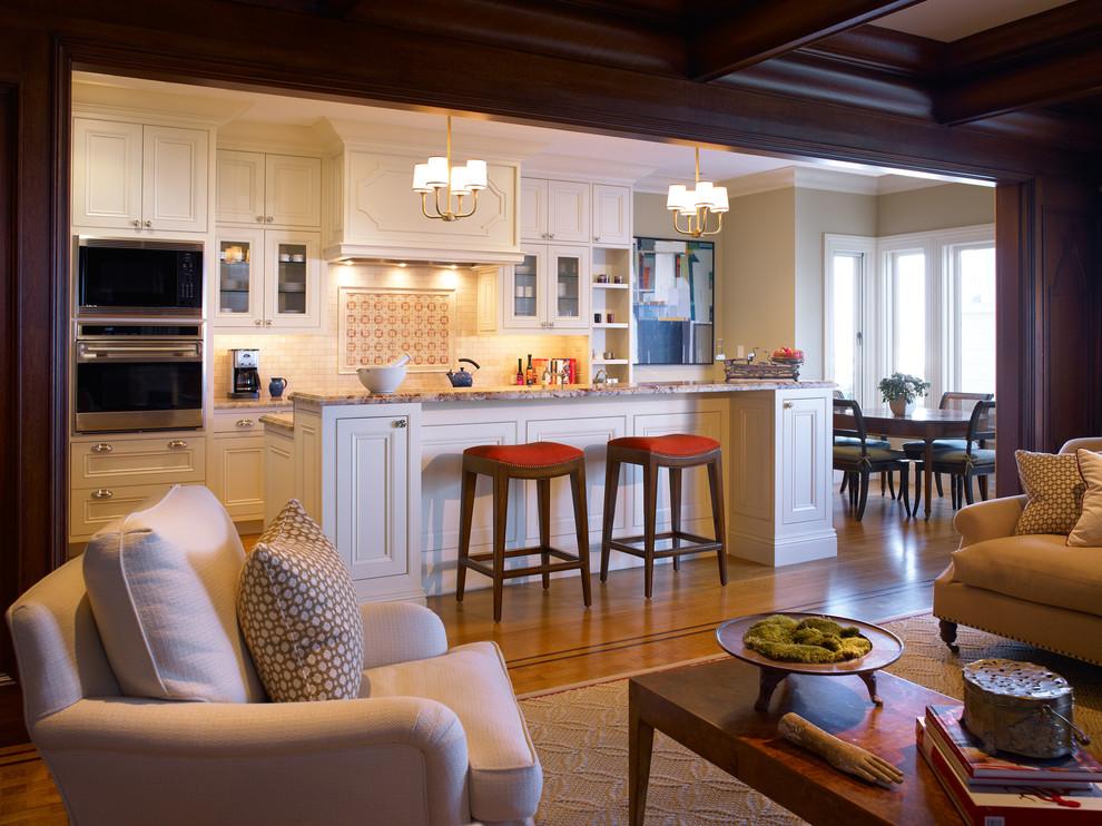 Яркий дизайн острова в интерьере кухни от Mueller Nicholls Cabinets and Construction