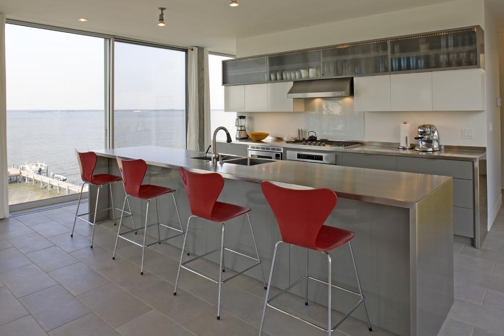 Яркий дизайн острова в интерьере кухни от Ziger/Snead Architects