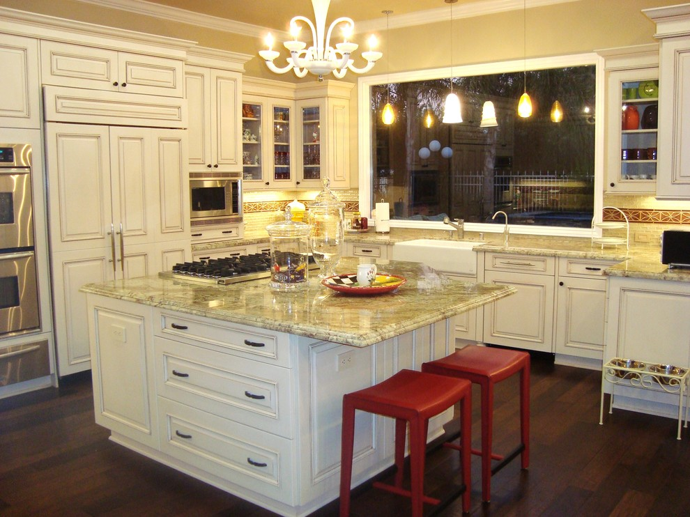 Яркий дизайн острова в интерьере кухни от Elaine Morrison Interiors