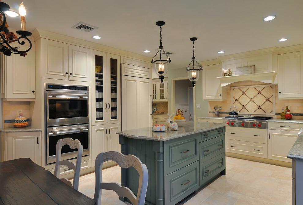 Яркий дизайн острова в интерьере кухни от Kitchen Designs by Ken Kelly, Inc. (CKD, CBD, CR)