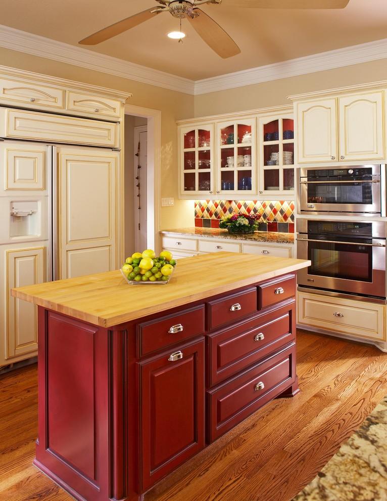 Яркий дизайн острова в интерьере кухни от USI Design & Remodeling
