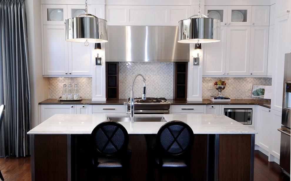 Яркий дизайн острова в интерьере кухни от Atmosphere Interior Design Inc.